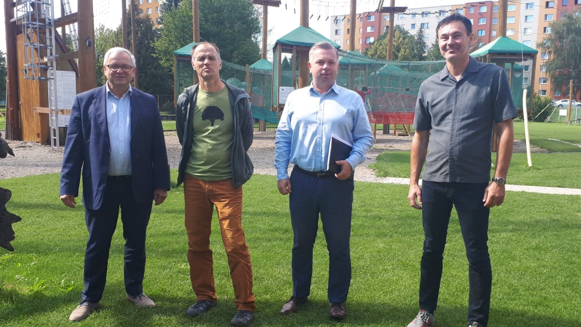 Wójt Jan Zych, dyrektor Wojciech Tomkiewicz wraz ze słowackim partnerami.
