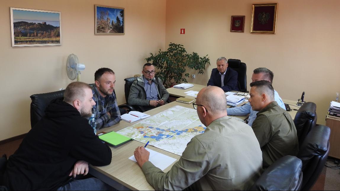 Konferencja w gabinecie wójta gminy nad mapą planowanych ścieżek.
